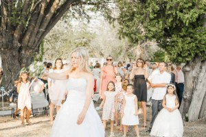 Lancé du bouquet pour un mariage en extérieur à Volvant, Photographe de mariage BHF Photo dans la drome.
