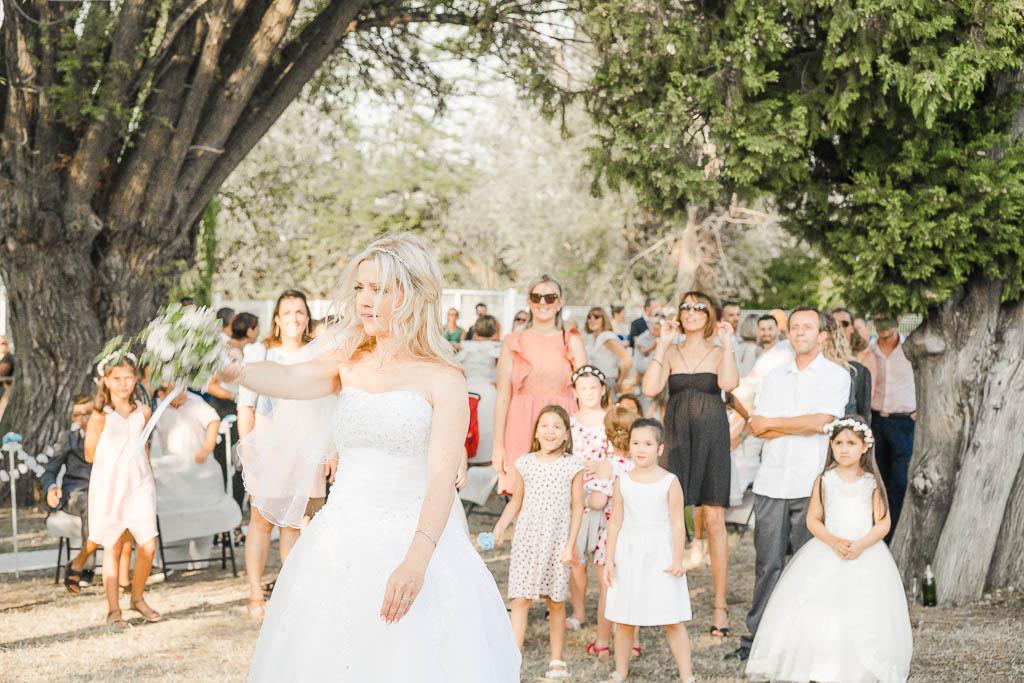 Lancé du bouquet pour un mariage en extérieur à Volvant, Photographe de mariage BHF Photo