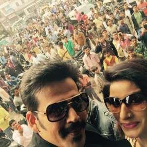 RaviKishan-crowd-of-viewers