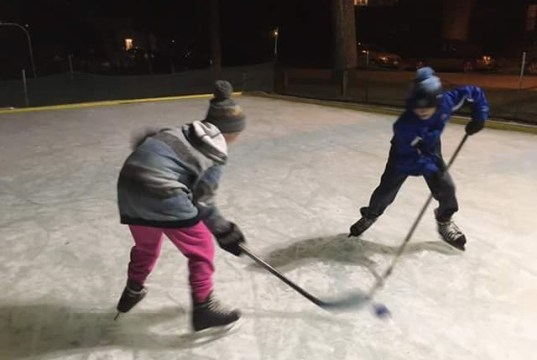 Kids battle for the puck at a pick-up hockey game at Lakeside Park. | Photo: Lakeside Community Rink via Facebook