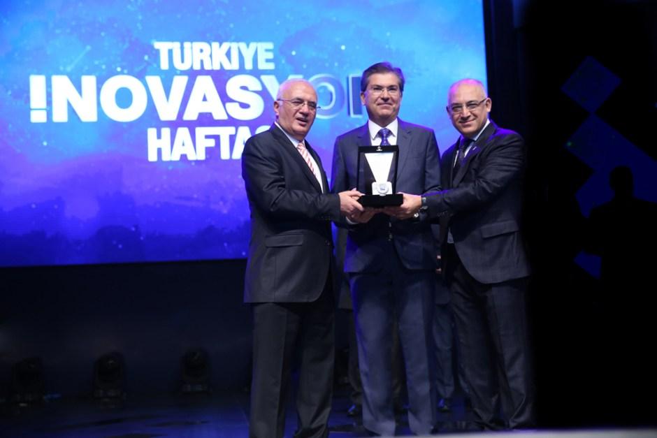 Ekonomi Bakanı Sn Mustafa Elitaş Ege Seramik Yön.Kur. Bşk. Vekili Sn Baran Demir TİM Başkanı Sn Mehmet Büyükekşi