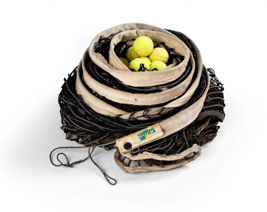 Július Koller Kültürel Durum 2 (U.F.O.) 1991-2007 Tenis ağı ve tenis topları Yaklaşık 30 cm Ed. 2/3 Arter Koleksiyonu Fotoğraf: Hadiye Cangökçe