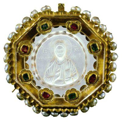 Hz. İsa Pantokrator Betimli Sekizgen Pandantif 11. - 12. yüzyıl (montür: 16. yüzyıl) Necef, altın, değerli taşlar, inci 6,1 x 6 x 1,2 cm Env. No. 2113 Benaki Müzesi Atina, Yunanistan