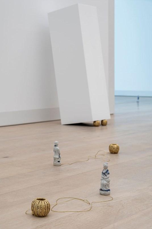 Füsun Onur, Opus II – Fantasia (detay), 2001 [2021], Örgü şişleri, altın yaldızlı ip yumakları, porselen figürler, kaideler, Arter Koleksiyonu , Fotoğraf: flufoto