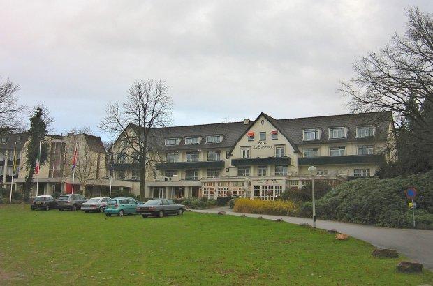 <br /> Nazwa grupy wiąże się z miejscem jej pierwszego spotkania - odbyło się ono w hotelu Bilderberg w Oosterbeek w Holandii w 1954 r.