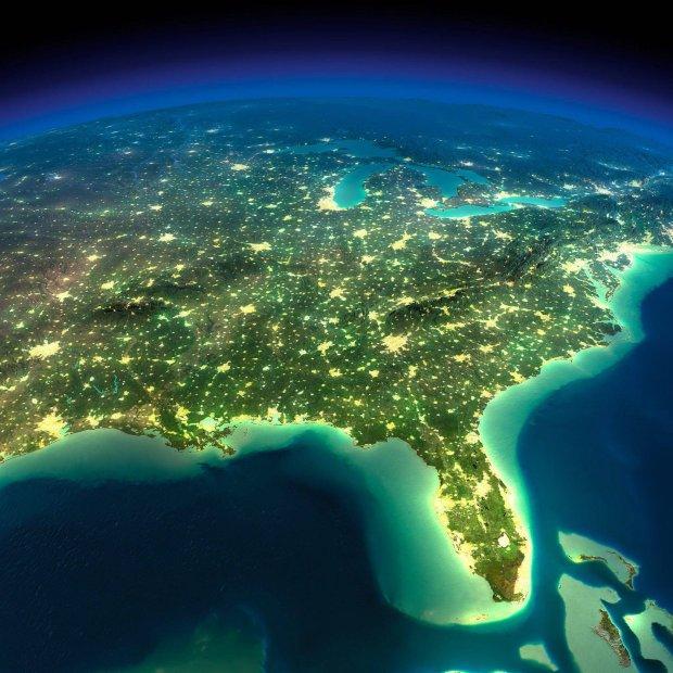 Naszą biosferę coraz bardziej przenika dziś technosfera. Na zdjęciu: rozświetlona wschodnia część USA widziana wieczorem z kosmosu.