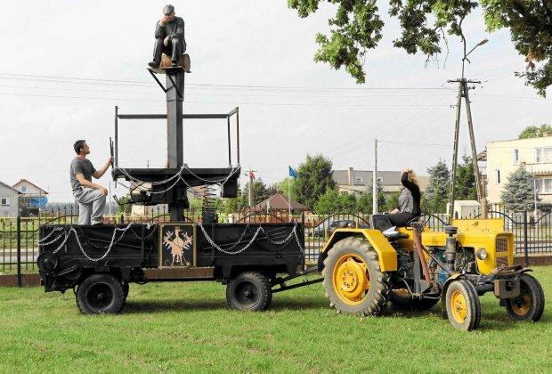 Pomnik Chłopa. Sołtys siedzi na kance mleka i duma nad unijnymi normami czystości