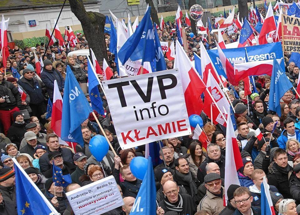 Manifestacja KOD w Warszawie, której transmisję na antenie TVP Info próbowało zablokować kierownictwo stacji