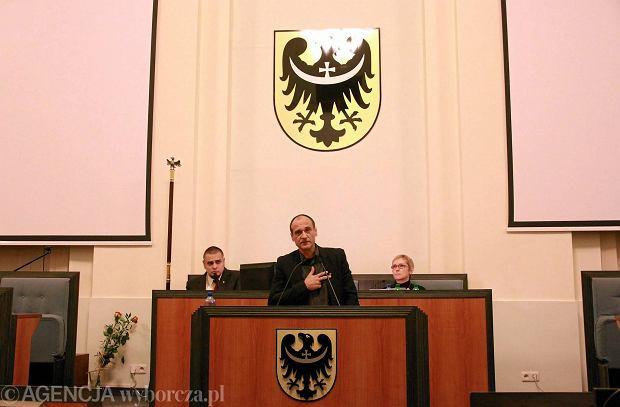 Radny Paweł Kukiz z ugrupowania Bezpartyjni Samorządowcy składa<br /><br /><br /> ślubowanie na pierwszej sesji sejmiku województwa dolnośląskiego.<br /><br /><br /> Wrocław, 1 grudnia 2014 r.