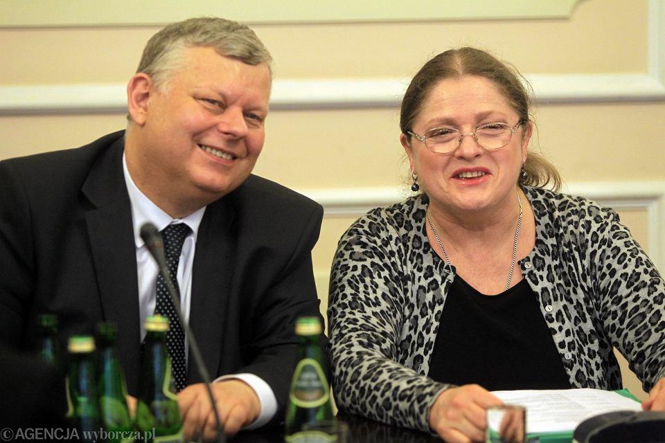 Posiedzenie komisji ustawodawczej Sejmu. Poseł Marek Suski i posłanka Krystyna Pawłowicz z PiS.