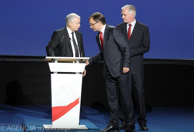 Prezes PiS Jarosław Kaczyński w towarzystwie nowych 'przystawek