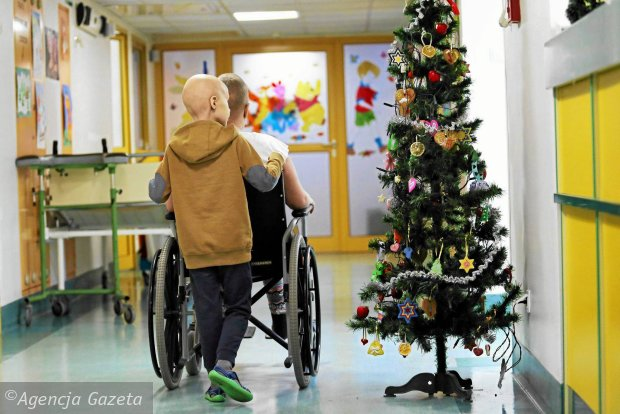 - Bez standardów opracowanych przez onkologów specjalizujących się w leczeniu poszczególnych nowotworów szanse na powodzenie pakietu onkologicznego są nikłe - mówi Agnieszka Pachciarz. Na zdjęciu: oddział hematologiczno-onkologiczny w Uniwersyteckim Szpitalu Dziecięcym w Krakowie-Prokocimiu, 23 grudnia 2014 r.