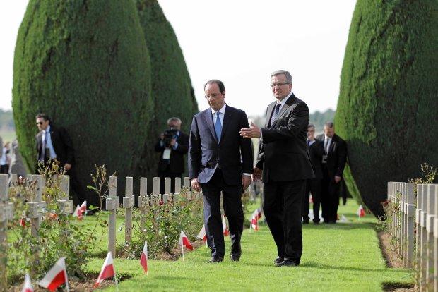 Uroczystości z okazji 70. rocznicy lądowania aliantów w Normandii.<br /><br /> Prezydenci Bronisław Komorowski i François Hollande na polskim<br /><br /> cmentarzu wojskowym w Urville-Langannerie, 6 czerwca 2014 r.