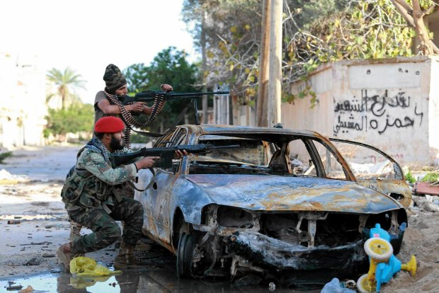 Prorządowe siły walczą na ulicach Bengazi z bojownikami koalicji islamskich fundamentalistów, grudzień 2014 r.