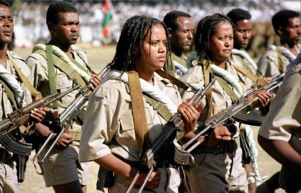 Główny powód ucieczek z Erytrei to przymusowa służba wojskowa mężczyzn i kobiet w wieku od 18 do 54 lat. Po wybuchu wojny z Etiopią w 1998 r. rząd uznał, że będzie nieograniczona w czasie. Na zdjęciu defilada z okazji Dnia Niepodległości w Asmarze, 1998 r.