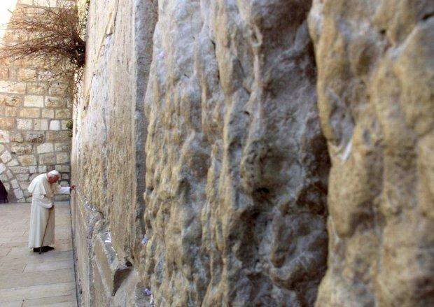 26 marca 2000 r. Jan Paweł II modli się o wybaczenie win wobec Żydów pod Ścianą Płaczu, czyli ocalałym murem Świątyni Jerozolimskiej, którą Rzymianie zburzyli w 70 r. n.e. Izraelczycy wolą ją nazywać
