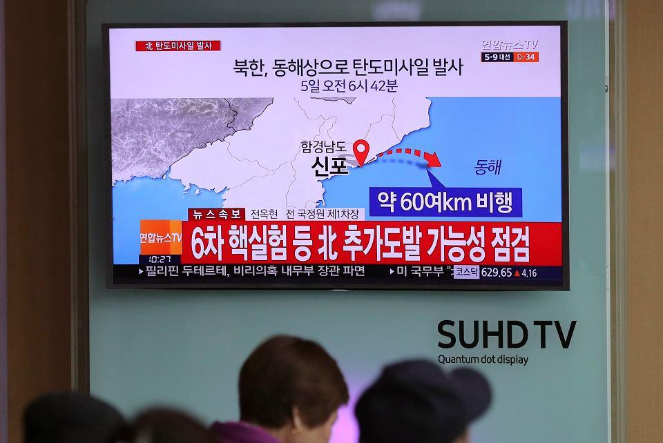 Program telewizyjny informujący o wystrzelenie przez Koreę Północną pocisku balistycznego, Seul, 5 kwietnia 2017.