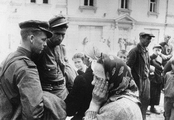 1944, rosyjscy żołnierze z mieszkańcami Wilna