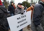 """""""Na tacę rzućcie ze swoich"""". Przed Sejmem protest przeciw finansowaniu Świątyni Opatrzności Bożej"""