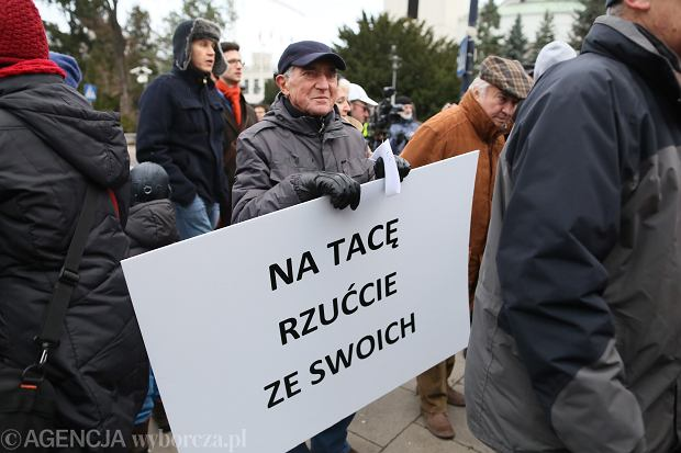 Ponad setka osób protestowała pod Sejmem w sprawie dotacji na Świątynię Opatrzności Bożej