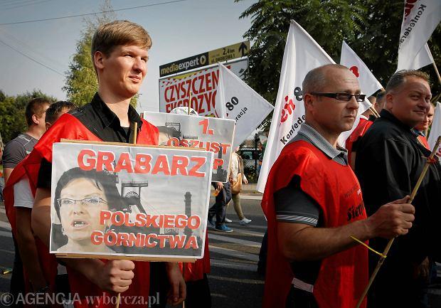 Przed kopalnią Brzeszcze demonstrowali w poniedziałek górnicy wraz z liderem
