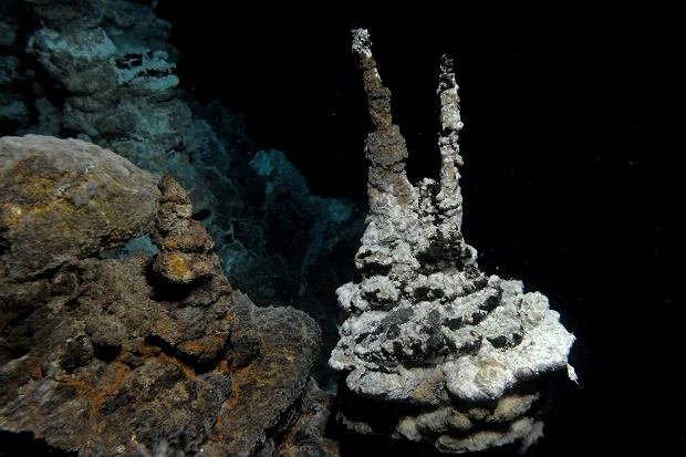 Komin hydrotermalny na dnie Atlantyku, w pobliżu którego znaleziono Lokiego
