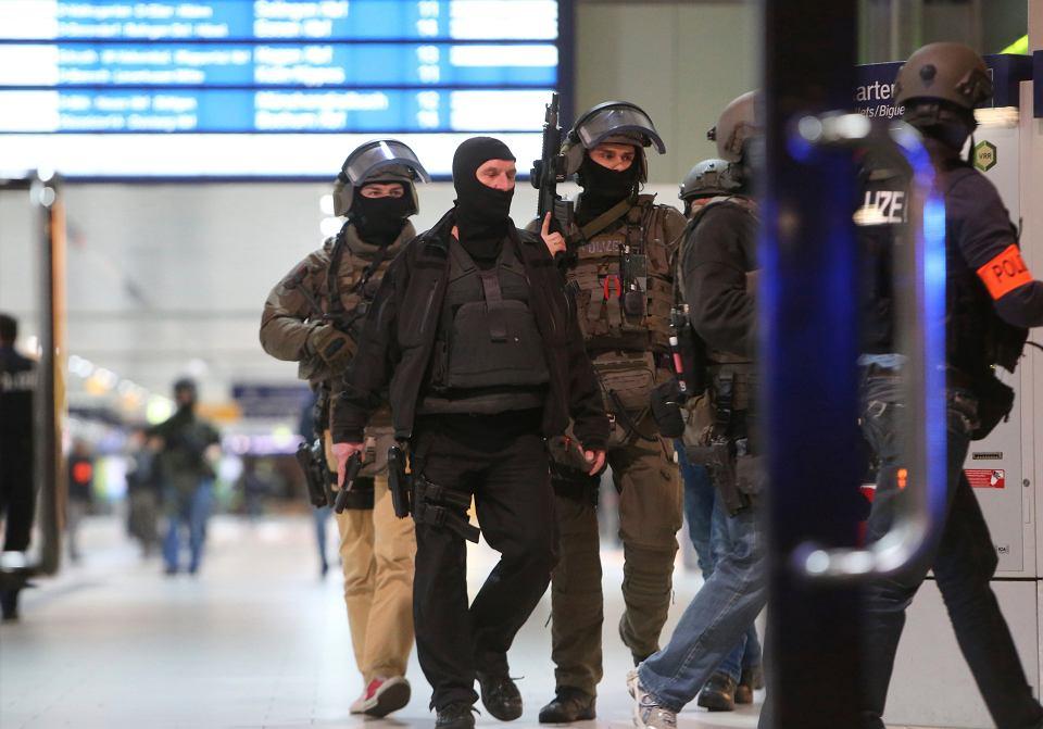 Kilka osób zostało rannych po ataku siekierą na stacji kolejowej w Düsseldorfie. Policja zatrzymała jednego podejrzanego o atak.