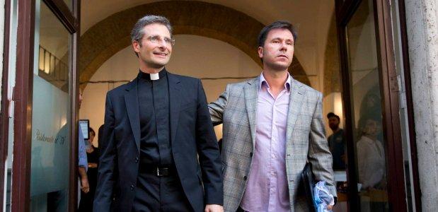 Ksiądz Krzysztof Charamsa ze swoim partnerem Eduardem po sobotniej konferencji prasowej w Rzymie. Potwierdził na niej, że jest gejem, i odczytał manifest w obronie homoseksualistów
