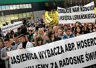 """""""Polskie media podsycają antyklerykalne nastroje"""". Kościelny raport o łamaniu wolności religijnej"""