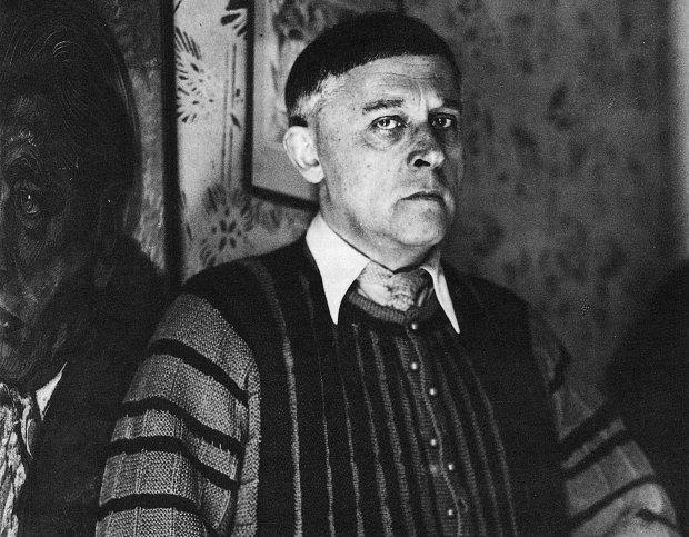 Witkacy sfotografowany między 1937 a 1939 r. W 1988 r. na mocy polsko-radzieckiej umowy dokonano ekshumacji domniemanych szczątków Witkiewicza i przewieziono je na cmentarz w Zakopanem. Położono pamiątkowy nagrobek. Sześć lat później szczątki poddano oględzinom i okazało się, że szkielet należał do kobiety w wieku 25-30 lat. Dokładne miejsce pochówku Witkacego pozostaje nieznane.