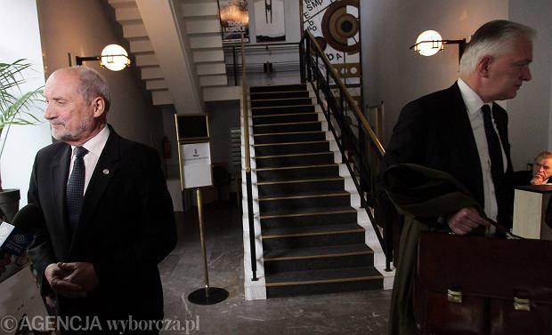 Poseł PiS Antoni Macierewicz i kandydat Zjednoczonej Prawicy na szefa MON Jarosław Gowin w Warszawie przed dyskusją o przyszłości polskiego programu obronnego