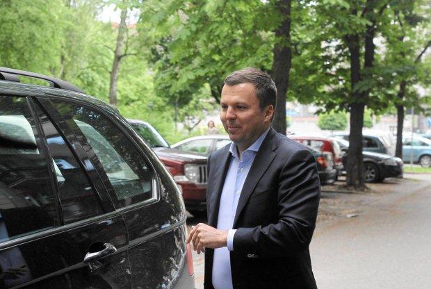 28 maja, Marek Falenta wychodzi z prokuratury w Warszawie po przesłuchaniu