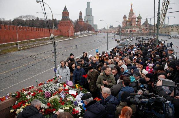 Tłumy składające kwiaty w miejscu śmierci Niemcowa