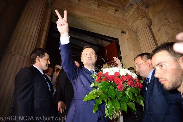 Andrzej Duda po ogłoszeniu sondażowych wyników drugiej tury przed sztabem wyborczym w Warszawie