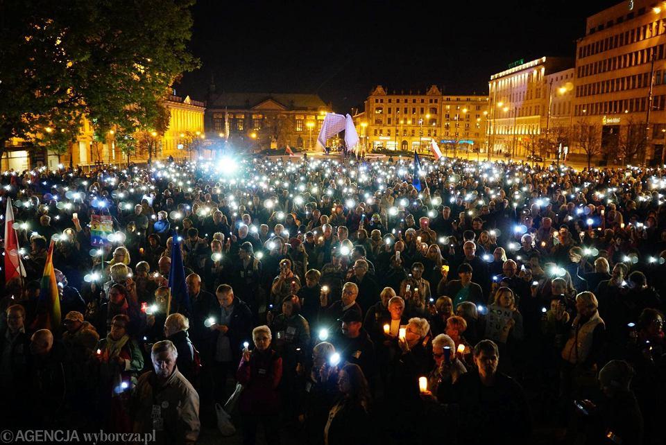 Poznań, Plac Wolności, demonstracja 'Łańcuch Światła w obronie sądów'.