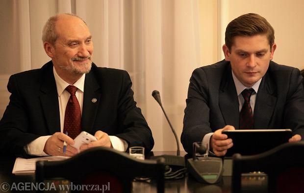 Antoni Macierewicz i Bartosz Kownacki na posiedzeniu sejmowej komisji obrony