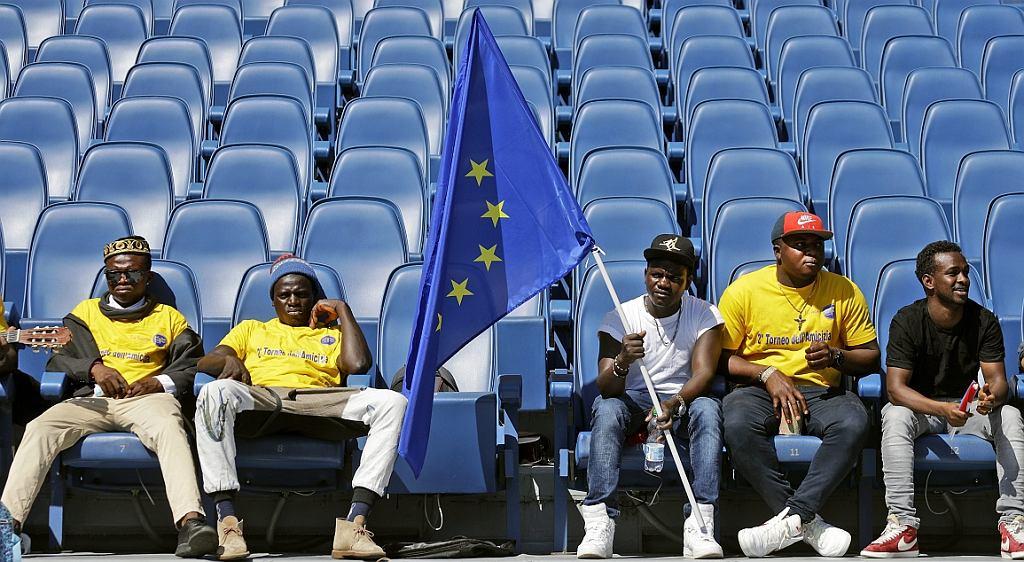 Imigranci z flagą Unii Europejskiej na stadionie w Rzymie podczas towarzyskiego integracyjnego turnieju piłki nożnej, sponsorowanego przez włoski komitet olimpijski (fot. Gregorio Borgia/AP)