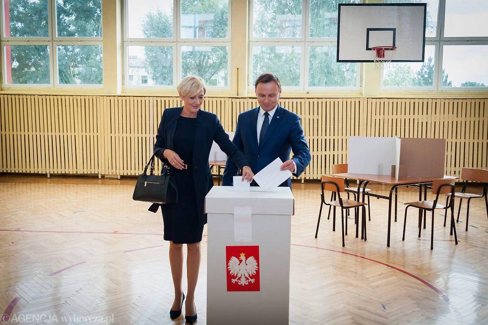 6 IX 2015 r. Prezydent Andrzej Duda z żona Agatą głosują w referendum ogłoszonym przez prezydenta Bronisława Komorowskiego