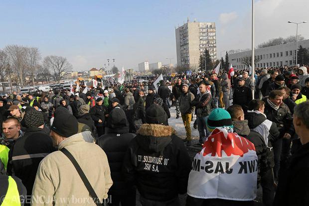 Wczorajsza demonstracja 2 tys. górników przed siedzibą Jastrzębskiej Spółki Węglowej, gdzie trwały rozmowy zarządu ze stroną związkową