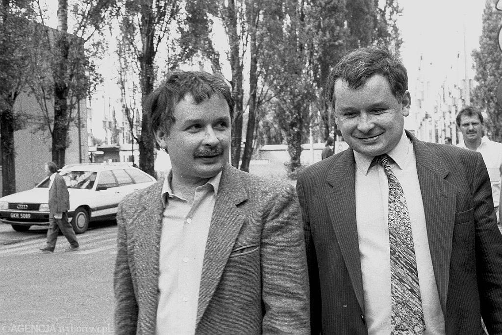 Lech i Jarosław Kaczyńscy w 1990 r. (fot. Tomasz Wierzejski/AG)