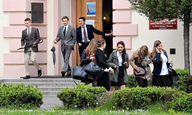 Maturzyści po wyjściu z egzaminu
