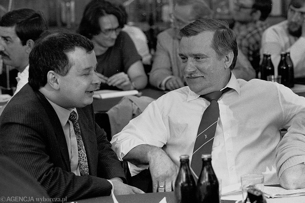 Jarosław Kaczyński i Lech Wałęsa w 1990 r. (fot. Tomasz Wierzejski/AG)