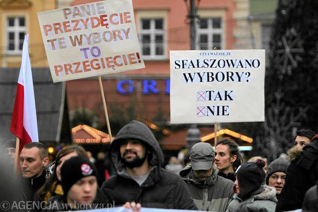 Protest sympatyków komitetu Bezpartyjni Samorządowcy w sprawie<br /><br /> liczenia głosów podczas wyborów samorządowych. Wrocław, 22 listopada 2014 r.