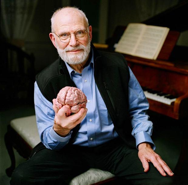 Oliver Sacks (ur. w 1933). Brytyjczyk, który karierę w USA zaczął w laboratorium neuropatologii w nowojorskim Albert Einstein College of Medicine, gdzie, jak wspominał.