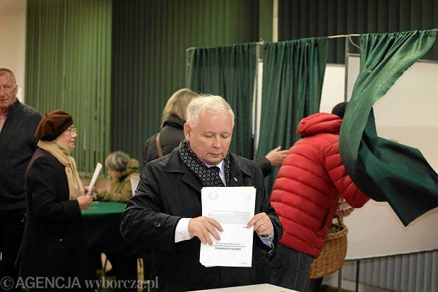 Prezes PiS jest namawiany, aby wycofał rekomendację Beacie Szydło i sam stanął na czele rządu. Na zdjęciu: Jarosław Kaczyński oddaje głos w niedzielnych wyborach parlamentarnych w komisji wyborczej w Warszawie
