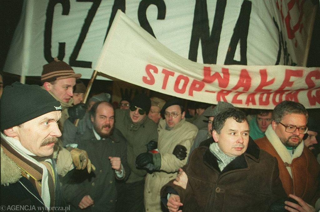 Jarosław Kaczyński na marszu przeciw Lechowi Wałęsie, 1993 r. (fot. Krzysztof Miller/AG)
