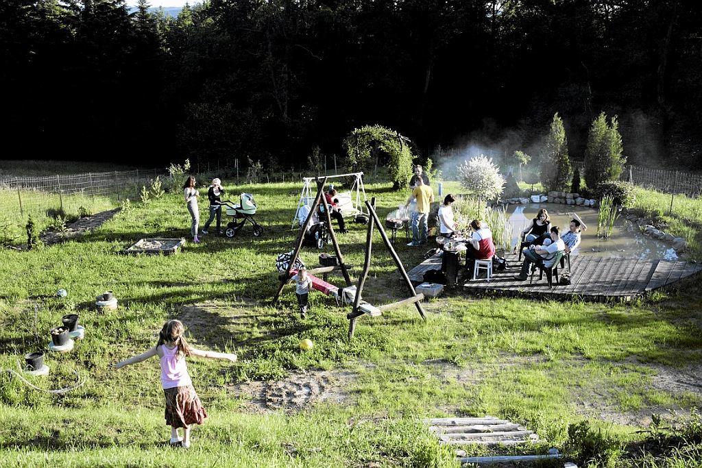 Rok 2010, czerwiec. Krakowianie po prawie miesiącu opadów wreszcie mogli wyjechać za miasto na grillowanie (fot. Michał Lepecki / Agencja Gazeta)