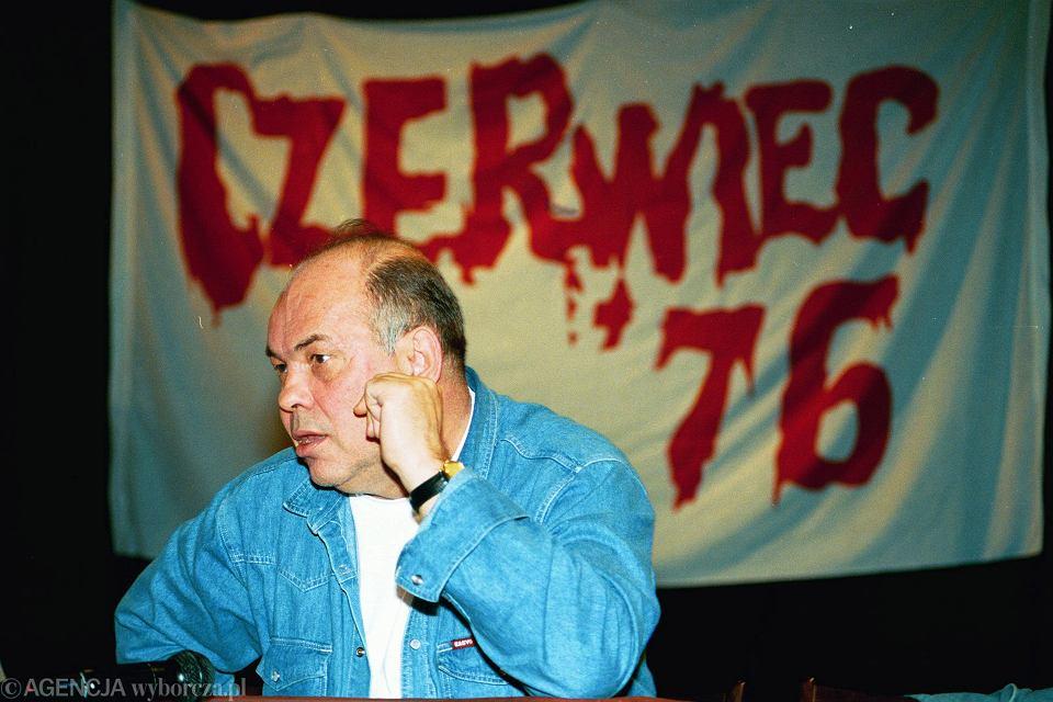Aż do połowy sierpnia 1976 r. akcja pomocy dla uczestników protestów czerwcowych ograniczała się do Ursusa   Na zdjęciu: Jacek Kuroń na obchodach 17. rocznicy zajść w Radomiu z 25.06.1976 r.