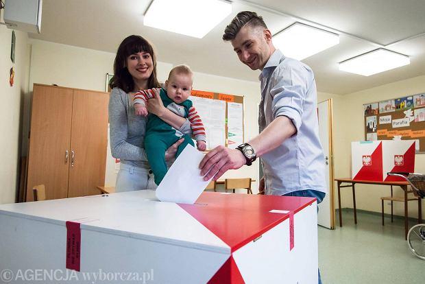 Głosowanie w komisji wyborczej przy ul. Porajów na Tarchominie