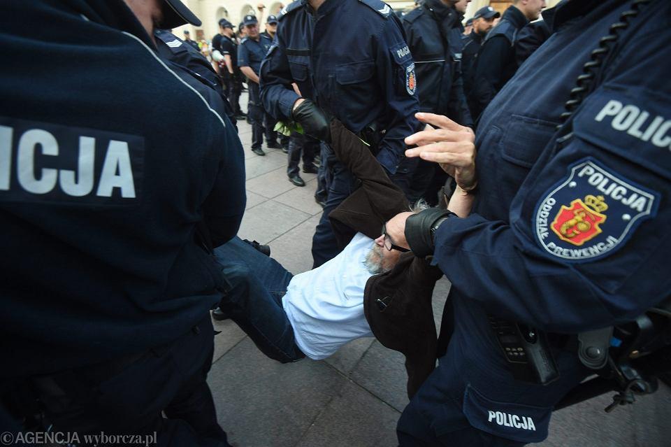 Policja siłą Pawła Kasprzaka ze stowarzyszenia Obywatele RP podczas obchodów 86. miesięcznicy smoleńskiej